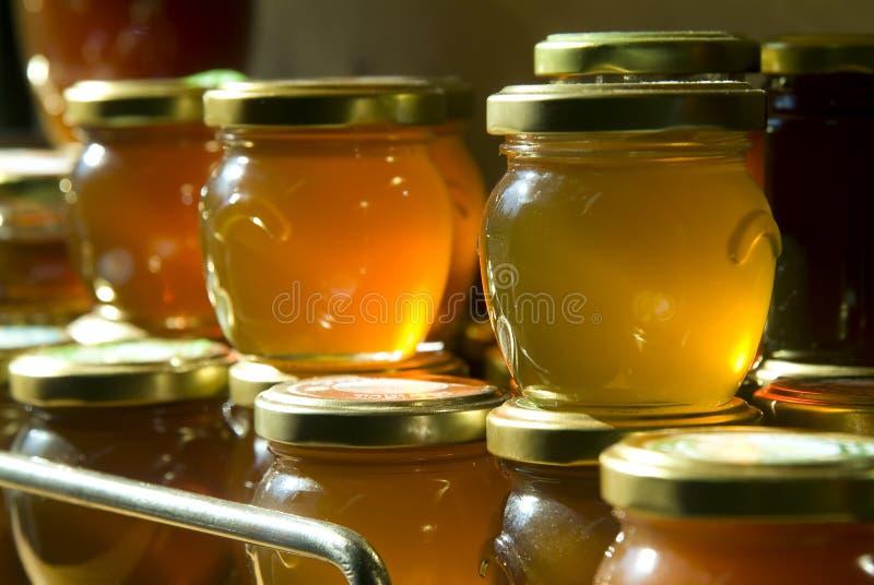 Vasi del miele su una mensola fotografia stock