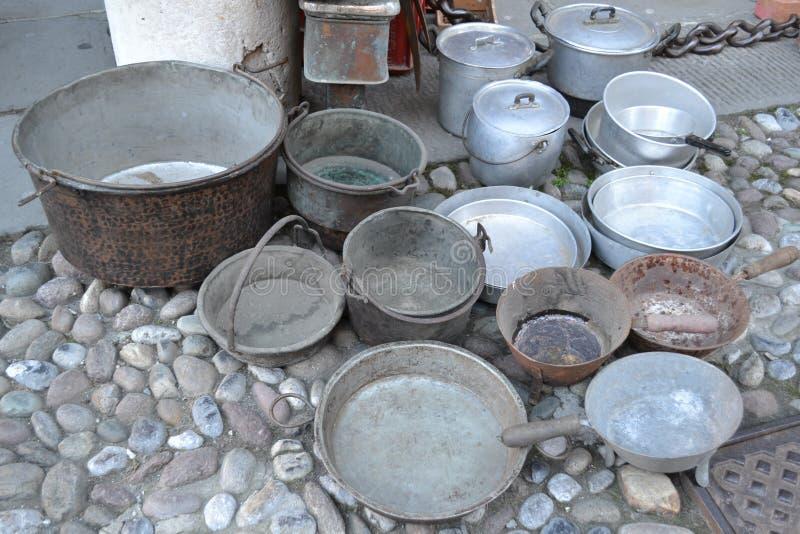 Vasi delle dimensioni differenti e fatti dei metalli differenti esposti per la vendita immagine stock libera da diritti