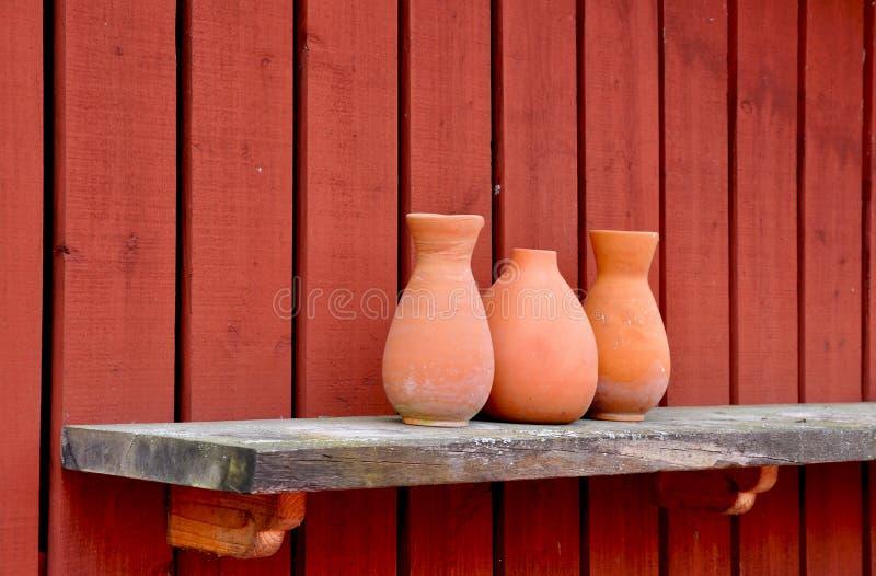 Vasi delle terraglie sulla mensola. fotografia stock libera da diritti