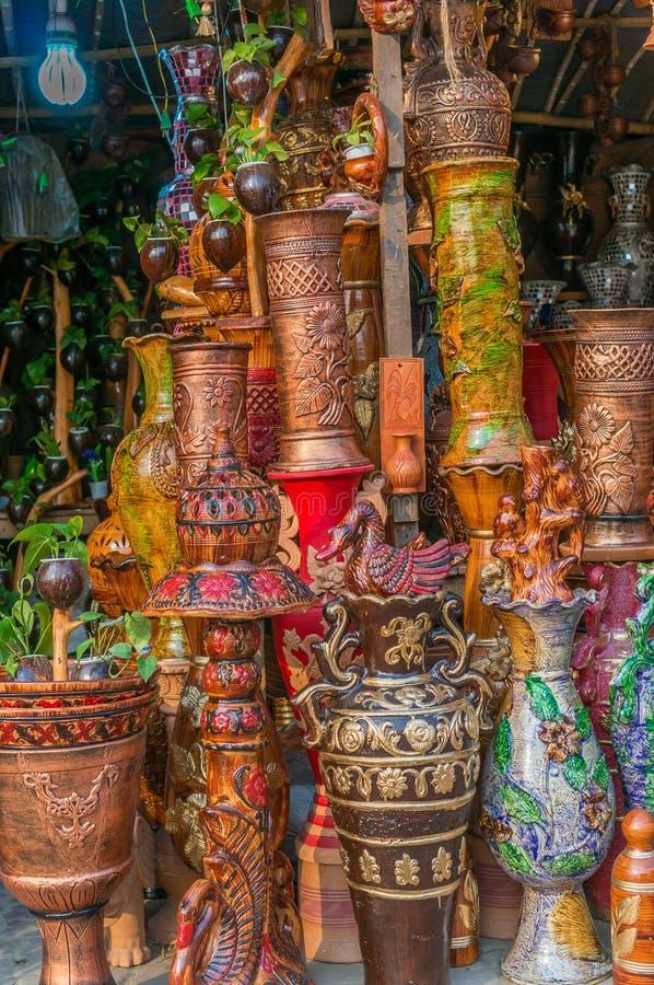 Vasi di argilla con le arti fotografie stock