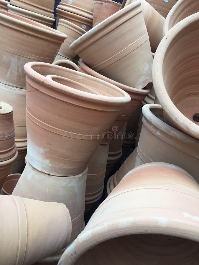 Vasi di terracotta impilati o accatastati sulla cima in giardino immagine stock libera da diritti