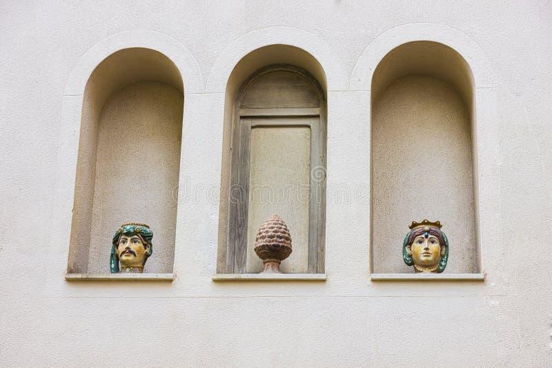 Vasi su una facciata, in Taormina, l'Italia fotografia stock