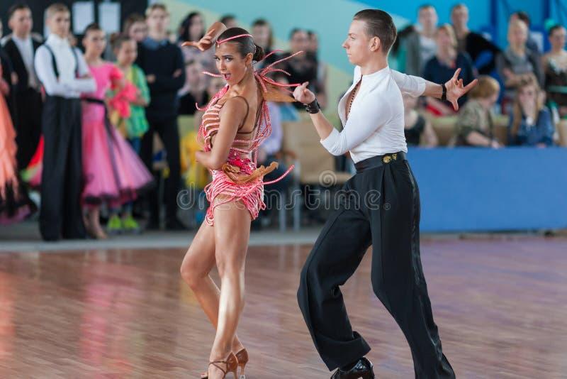 Vasilenko Nikita och Bulichnikova Elizaveta Perform Youth Latin-American Program royaltyfri bild