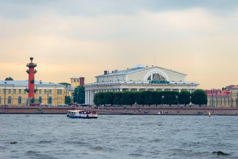 Vasilievsky海岛地标吐-有船嘴装饰的专栏和旧库存交换大厦 图库摄影
