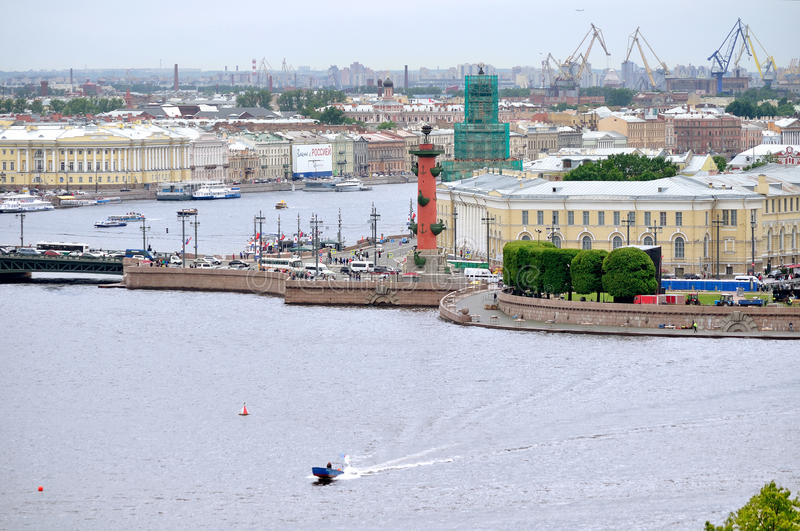 Vasilyevsky Island met historische gebouwen en watergebied van Neva-rivier in Heilige Petersburg, Rusland - vogelperspectiefpanor royalty-vrije stock foto