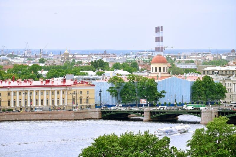Vasilyevsky Island met historische gebouwen en watergebied van Neva-rivier in Heilige Petersburg, Rusland - vogelperspectiefpanor royalty-vrije stock afbeeldingen