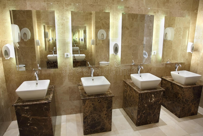 Vaskar och speglar i offentliga toaletter royaltyfria foton