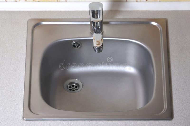 Vasken med försilvrar vattenkranen Ny utrustning i diskbänk arkivfoto