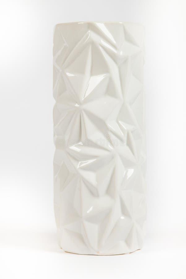 Vaso alto branco da porcelana com teste padrão volumétrico foto de stock