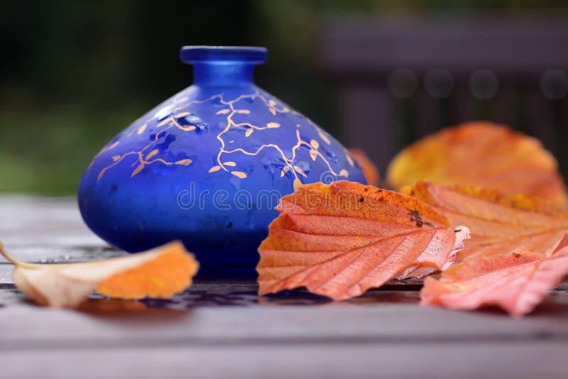 Vaso blu con le decorazioni di autunno fotografie stock libere da diritti