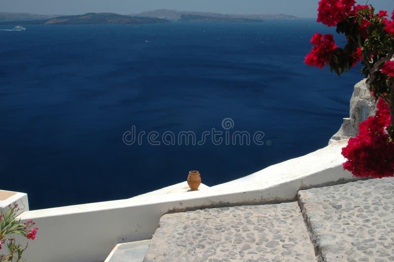 Vaso cerâmico sobre o santorini do mar fotos de stock royalty free