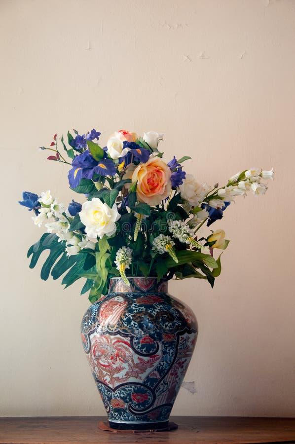 Vaso cinese dei fiori freschi fotografia stock libera da diritti