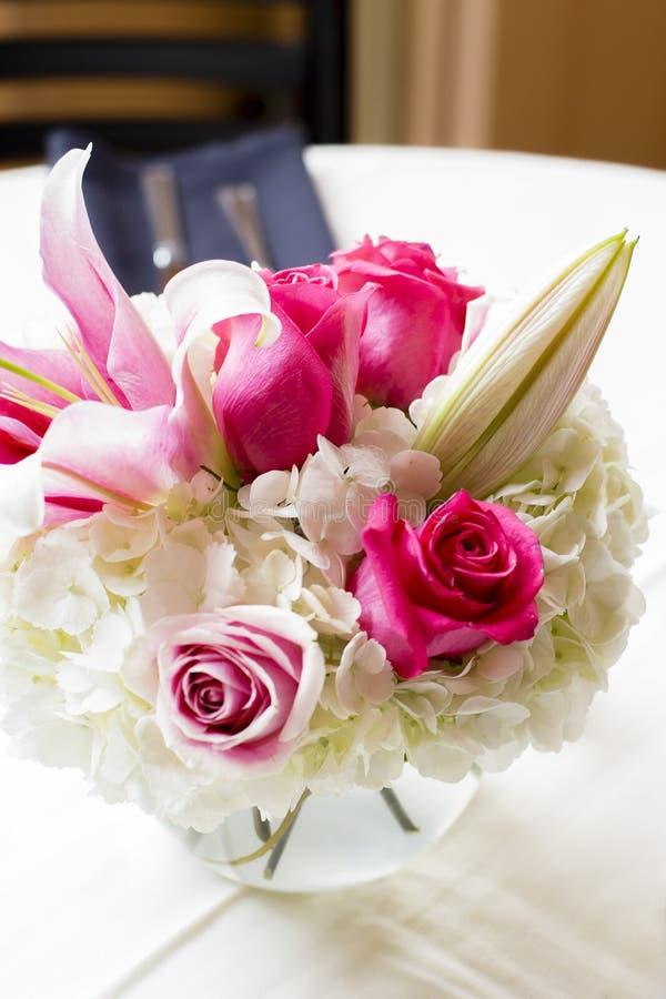 Vaso com as flores frescas decoradas para a celebração do casamento imagem de stock