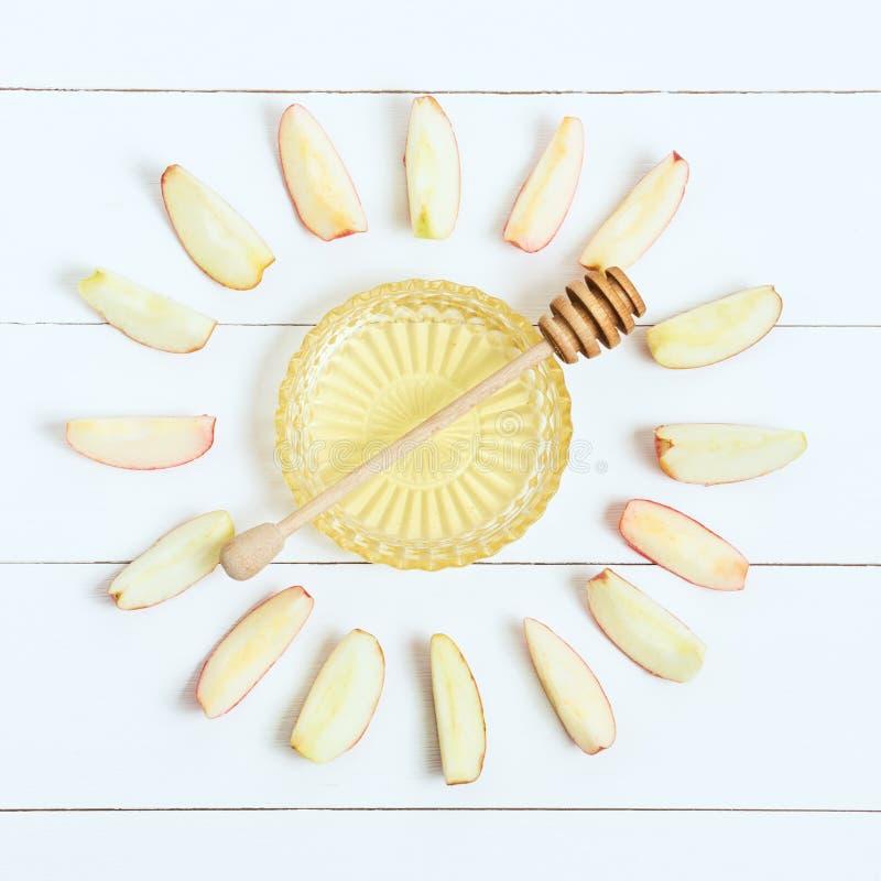 Vaso com colher e maçãs do mel ao redor, no fundo branco de madeira Ano novo judaico, Rosh Hashanah, vista superior fotos de stock royalty free