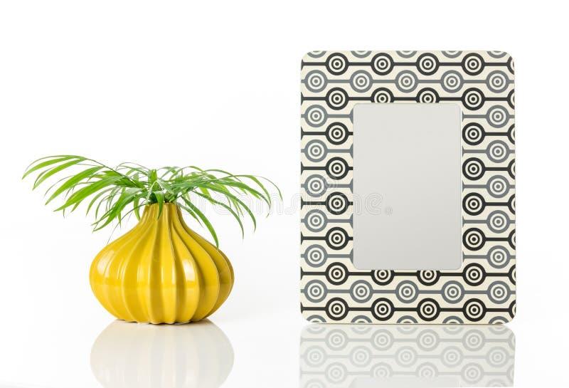 Vaso com folhas de palmeira e moldura para retrato retro do estilo fotos de stock royalty free
