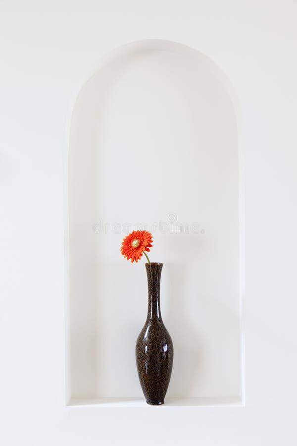 Vaso con il fiore rosso fotografie stock libere da diritti