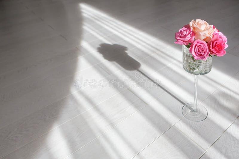 Download Vaso con le rose fotografia stock. Immagine di floreale - 55363234