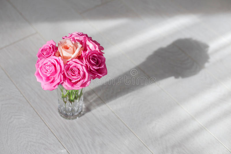 Download Vaso con le rose fotografia stock. Immagine di floreale - 55363282