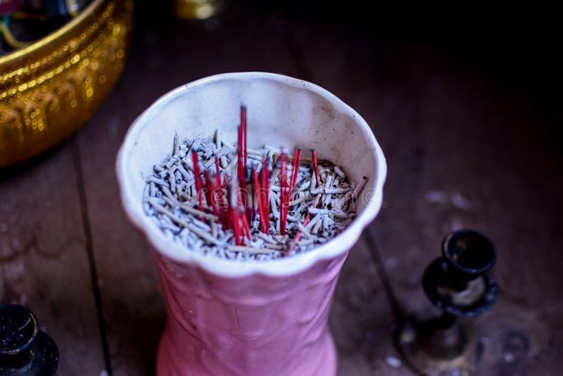 Vaso cor-de-rosa, incenso do incenso, adoração no budismo fotografia de stock