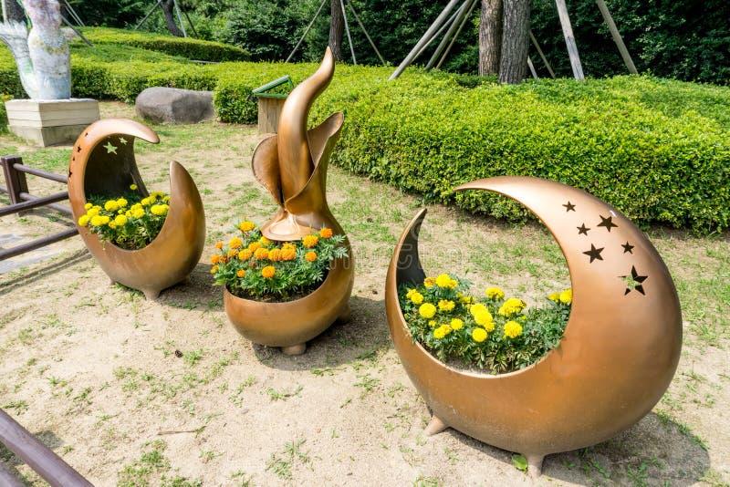 Vaso da fiori fatto dall'esposizione della lega di rame nel parco pubblico nell'isola di Haeundae Dongbaekseom immagine stock