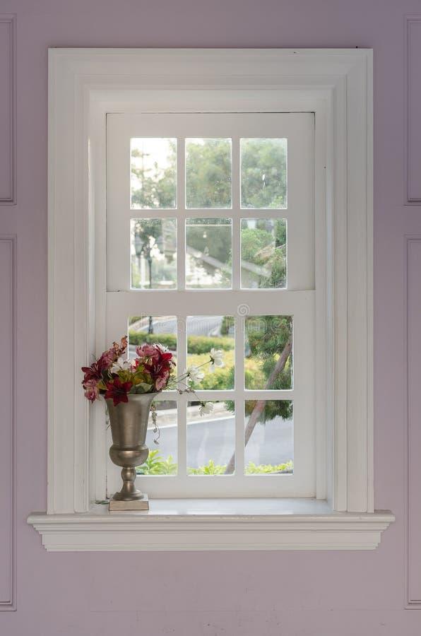Vaso da flor com quadro de janela foto de stock