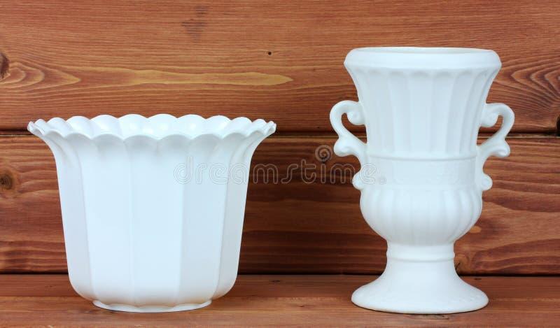 Vaso da porcelana dois em um fundo de madeira imagem de stock royalty free