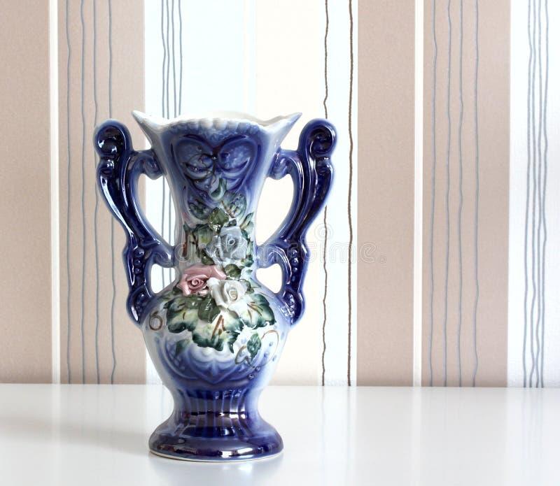 Vaso da porcelana em um fundo listrado fotos de stock royalty free