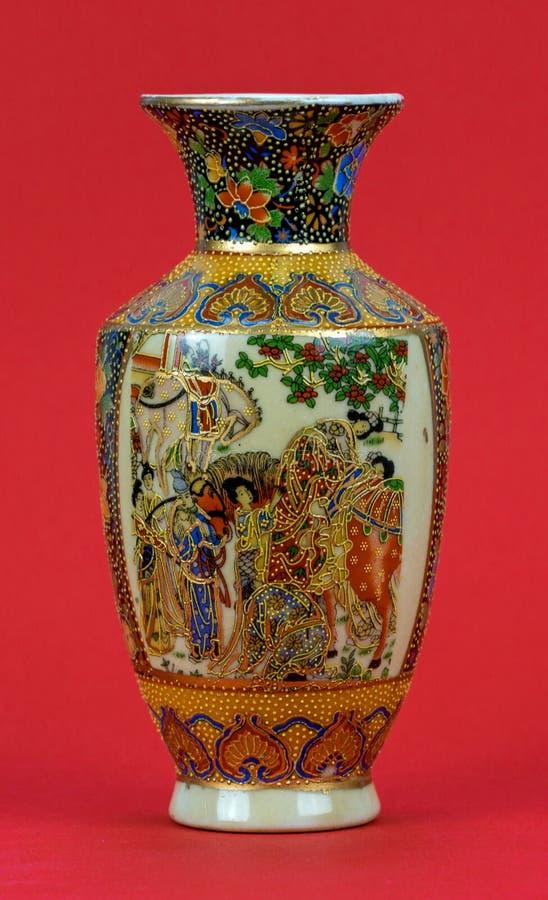 Vaso da porcelana em um fundo vermelho fotografia de stock royalty free