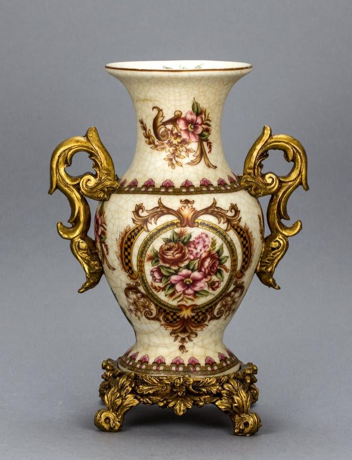 Vaso da porcelana no fundo cinzento fotografia de stock
