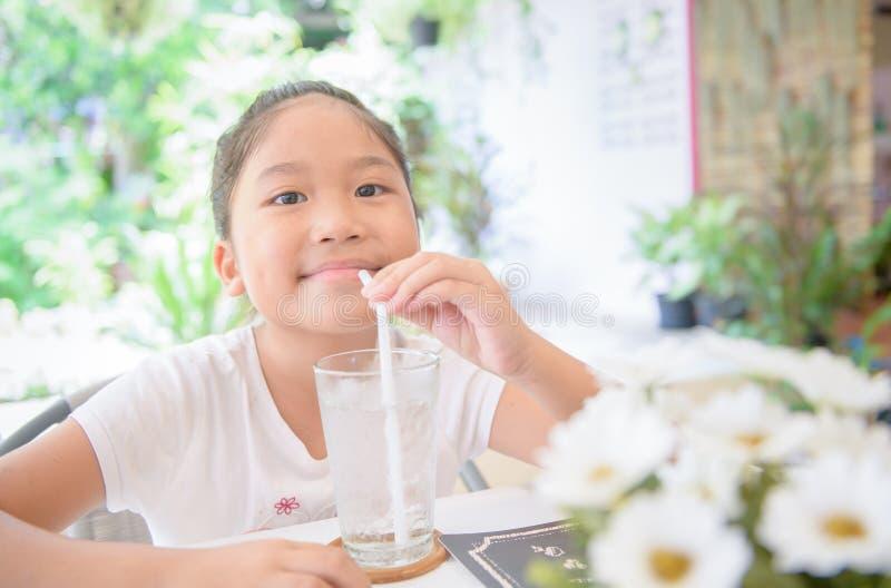 Vaso de agua de consumición de la muchacha de Cate Asian con hielo imagen de archivo libre de regalías
