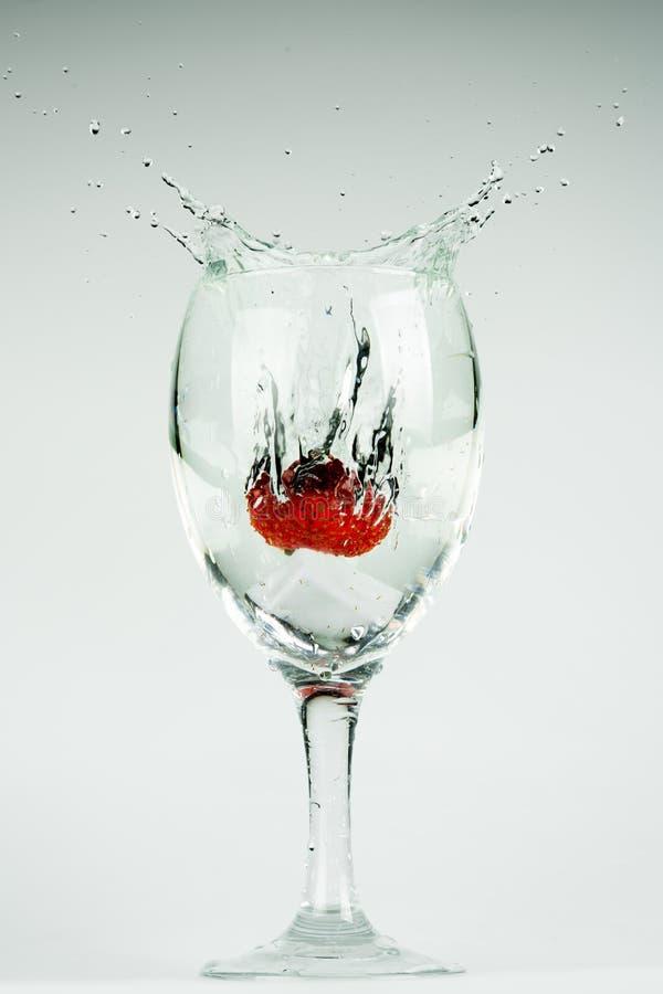 Vaso de agua y fresa imagen de archivo libre de regalías