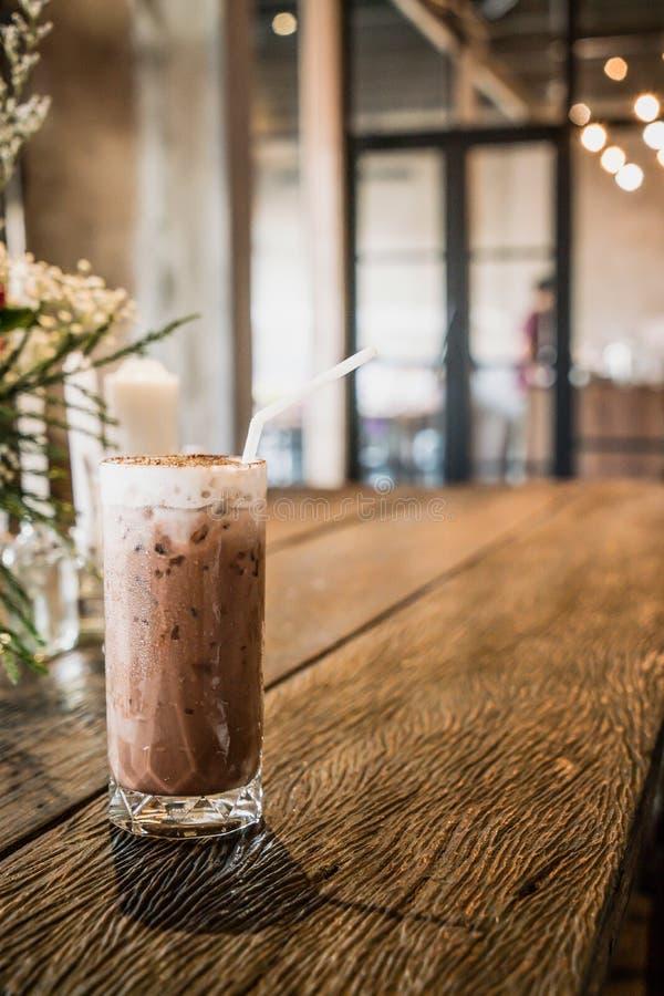 vaso de chocolate helado en café fotos de archivo libres de regalías