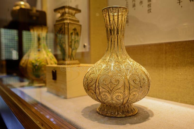 Vaso de filigree Gilt na janela de exibição fotografia de stock