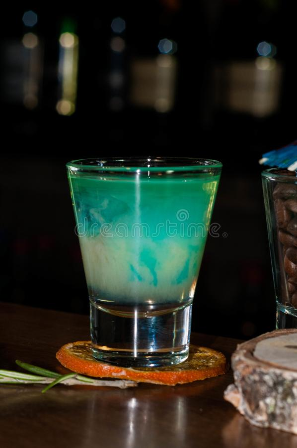 Vaso de medida con la bebida azul del alcohol foto de archivo libre de regalías