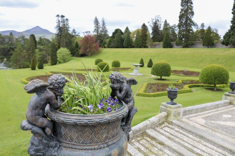 Vaso de pedra no estilo cl?ssico velho com flores imagens de stock royalty free