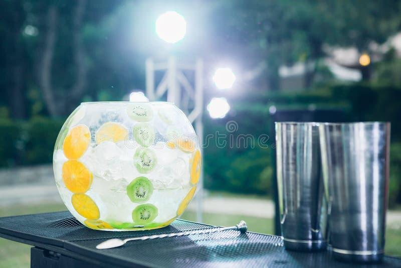 Vaso de vidro com gelo e fruto para cocktail na noite fotos de stock