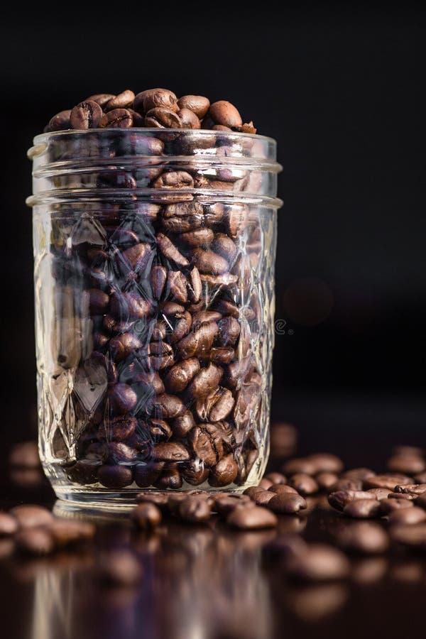 Vaso dei chicchi di caffè fotografia stock libera da diritti