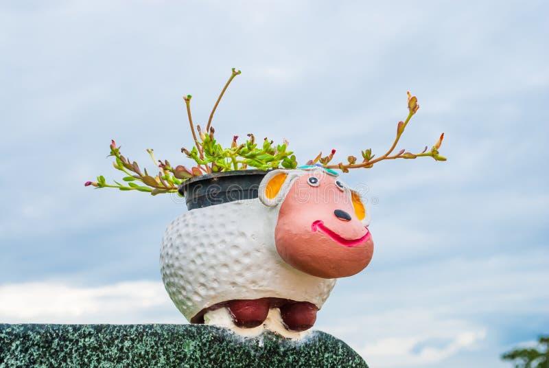Vaso della pianta di forma delle pecore immagine stock