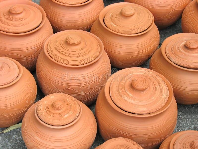 Vaso delle terraglie dell'argilla con il reticolo decorativo immagine stock