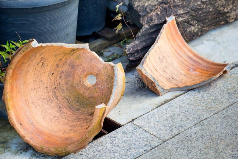 Risultati immagini per vasi di argilla rotti
