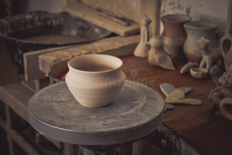 Vaso di argilla su una ruota del ` s del vasaio fotografia stock libera da diritti