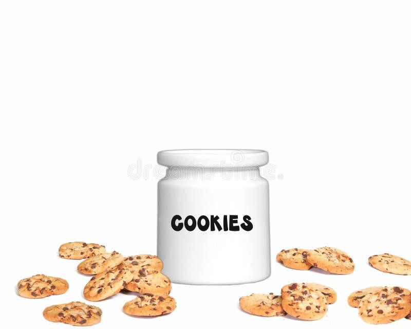Vaso di biscotto stabilito dello studio di fotographia con i biscotti di pepita di cioccolato fotografia stock libera da diritti
