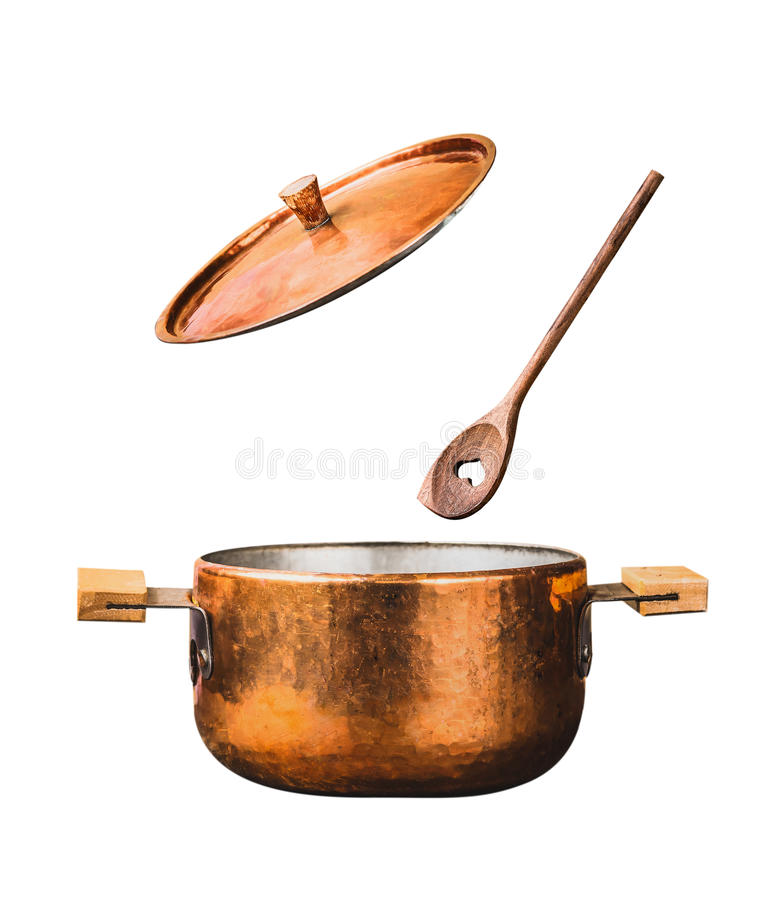 Vaso di cottura di rame con il coperchio aperto di volo ed il cucchiaio di legno, isolati su fondo bianco immagine stock libera da diritti