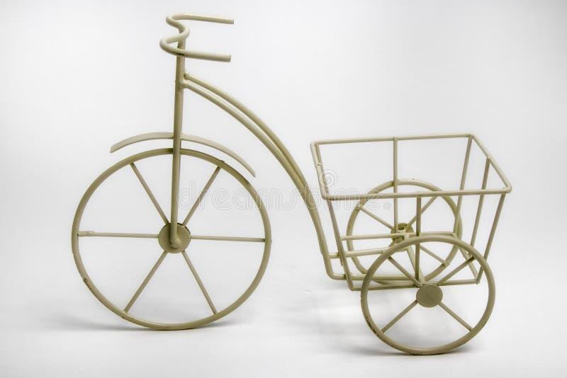 Vaso di fiore bianco miniatura del triciclo fotografia stock libera da diritti