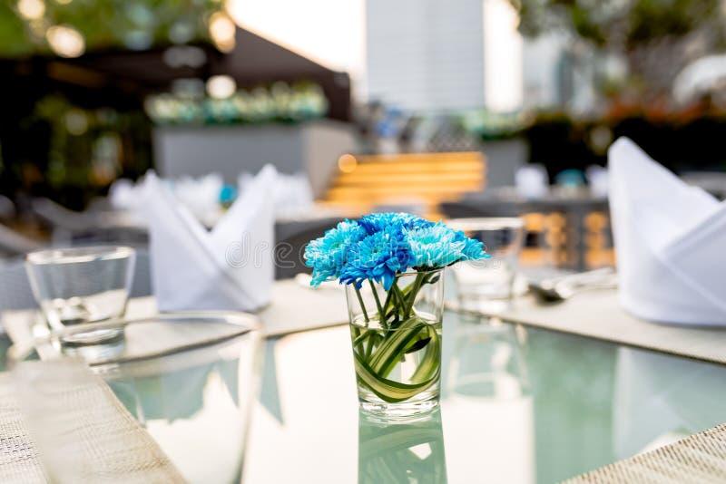 Vaso di fiore porpora su una tavola fotografia stock libera da diritti