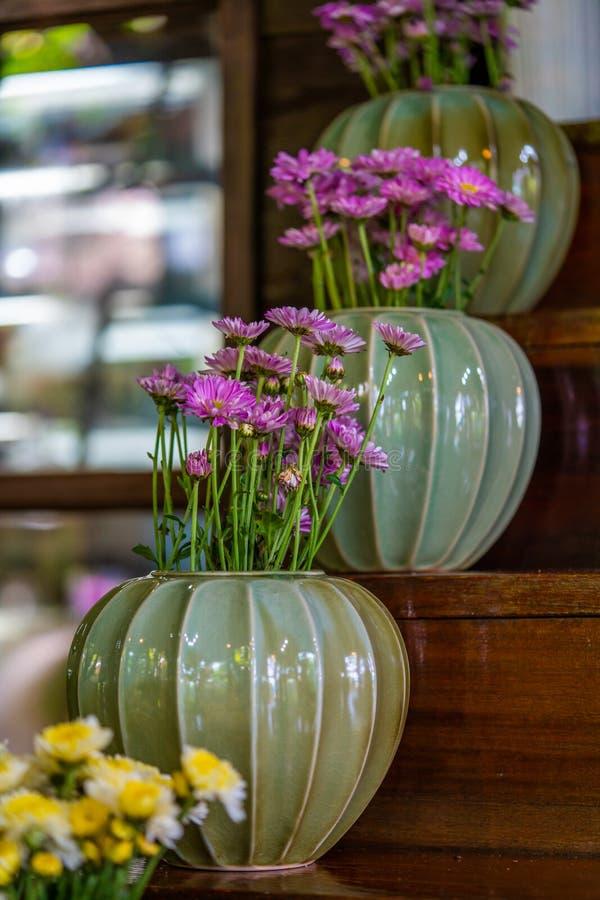 Vaso di fiore variopinto ceramico decorativo fotografia stock libera da diritti