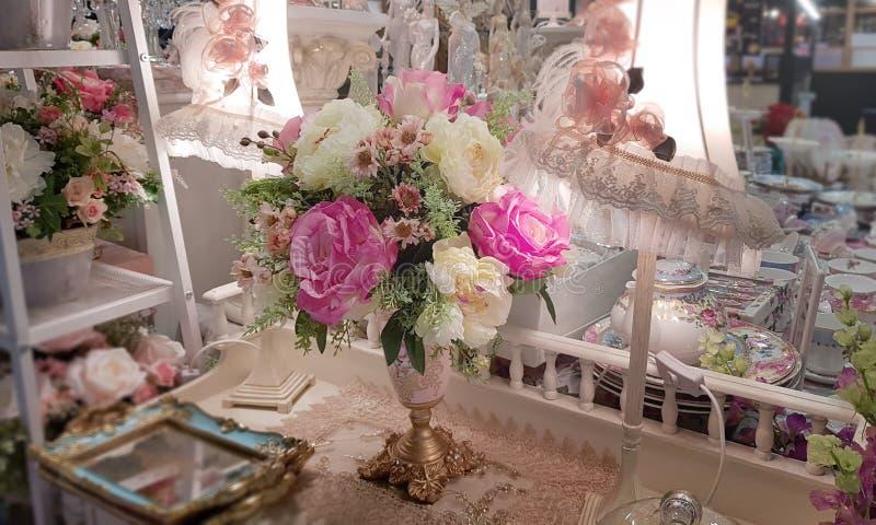 Vaso di fiori sulla tavola nella stanza fotografia stock libera da diritti