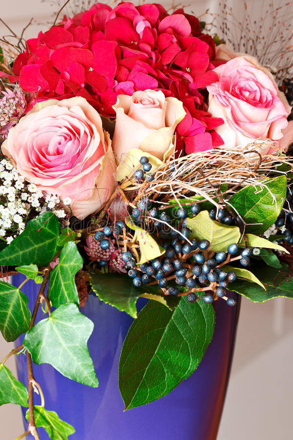 Vaso di hortensias delle rose del mazzo del primo piano fotografie stock