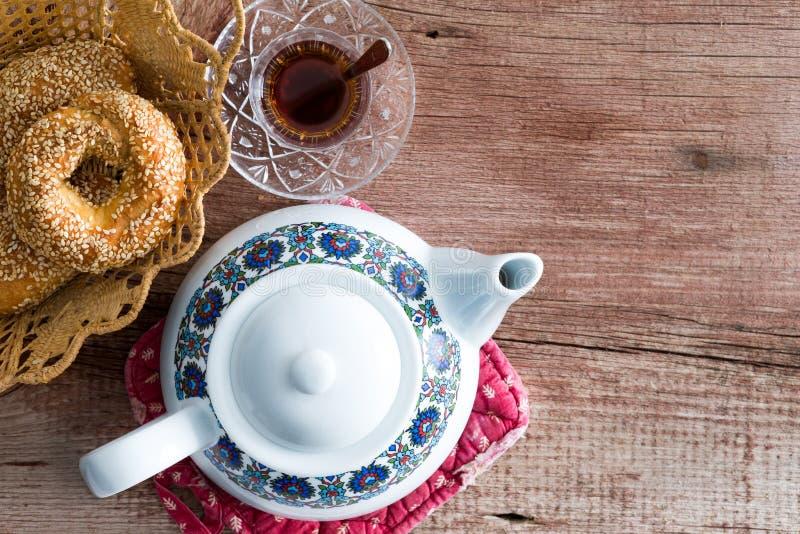 Vaso di tè con un bagel turco fresco del sesamo fotografia stock libera da diritti