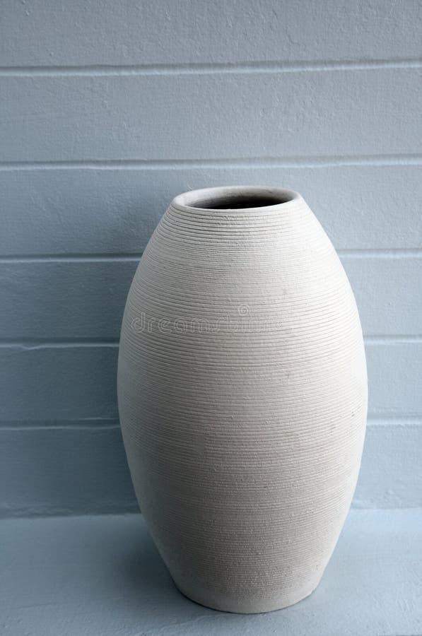 Download Vaso di terra semplice fotografia stock. Immagine di righe - 3879870